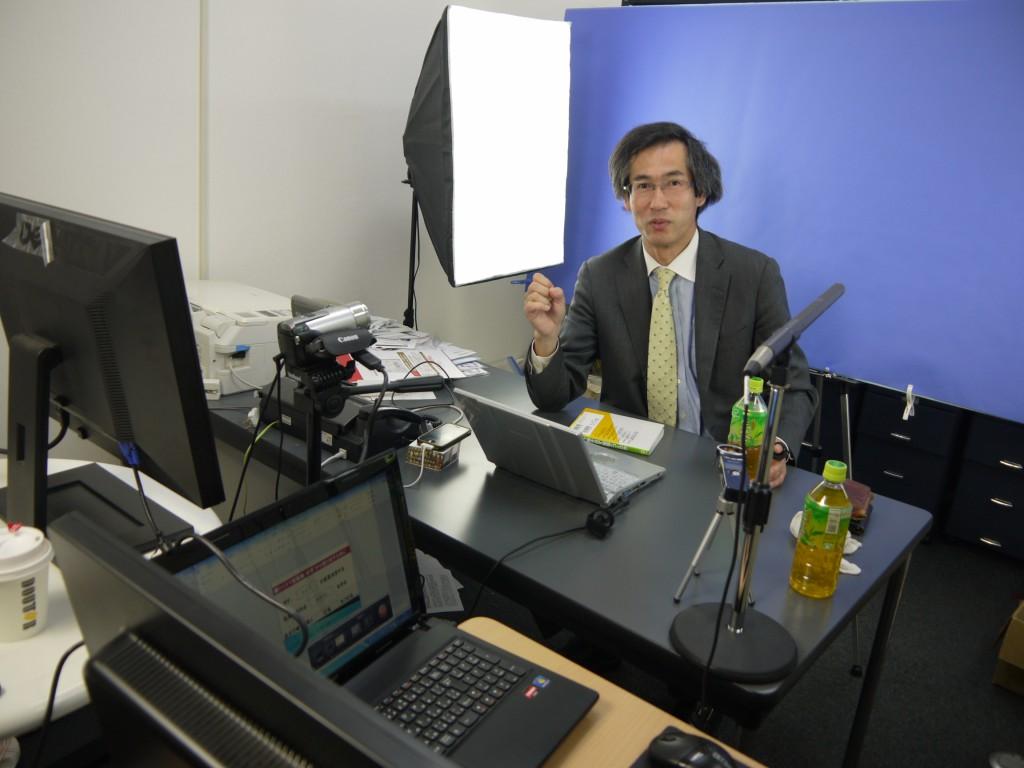 クロマキー撮影を事務所で行いました。